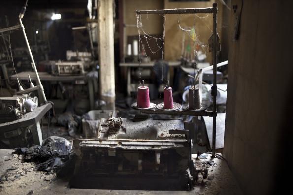 Soixante sept personnes vivaient dans l'ateliers de couture lors de l'incendie du 30 mars 2006. Vingt six etaient des mineurs. 5 d'entre eux ont peris ce jour la. Lors de l'inspection visuel pendant le proces, les juges ont retrouve les lieux tels qu'ils ont ete abandonnes dix ans auparavant.