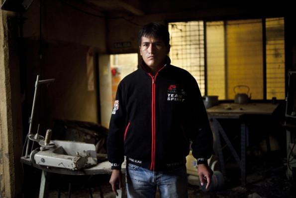 Retrato de Luis Fernando Rodriguez Palma en la maquina en la que se encontraba trabajando el dia del incendio.